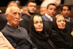 داریوش اسد زاده با کت طوسی در کنار همسرش در یک برنامه