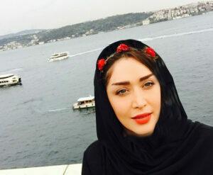 تیپ مشکی سارا منجزی پور با تل گل رز خارج از کشور
