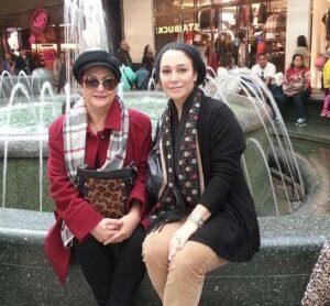 تصویری از مریم امیرجلالی با بارانی قرمز و کلاه در خارج از کشور