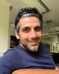 سلفی حمید گودرزی با تیشرت ابی در خانه اش