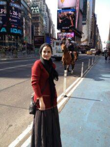 عکس سپیده خداوردی با بولیز قرمز و دامن و شال مشکی در خارج از کشور