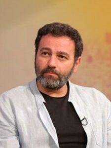 آرش مجیدی از بازیگران مرد قد بلند ایرانی با پیراهن سفید و تیشرت مشکی