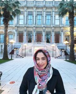 سارا منجزی پور با روسری گلگلی و مانتو مشکی در استانبول