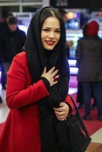 ملیکا شریفی نیا با شال مشکی و پالتو قرمز