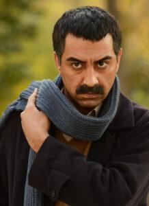محمدرضا علیمردانی با پالتو مشکی و شال بافت طوسی
