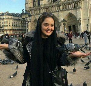 تیپ مشکی نرگس محمدی در میان کبوتر ها در خارج از کشور