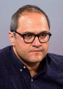 رامبد جوان از بازیگران مرد ایرانی بالای 40 سال با پیراهن سورمه ای