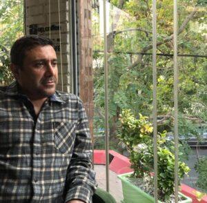 رضا کریمی با پیراهن چهارخونه