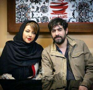 شهاب حسینی با کت قهوه ای وپیراهن مشکی و همسرش