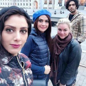 سلفی مونا و مارال فرجاد در خارج از کشور