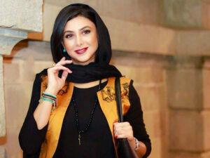 تیپ زیبای آزاده صمدی از بازیگران زن دهه 50 با لباس مشکی و زرد