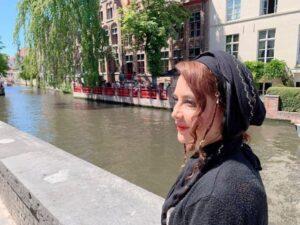 تیپ مشکی نگین صدق گویا در کنار یک رودخانه خارج از کشور