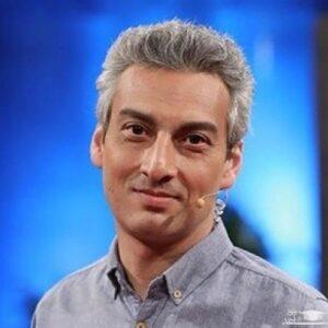 پرتره ارژنگ امیرفضلی با پیراهن طوسی از بازیگران مرد ایرانی بالای 40 سال