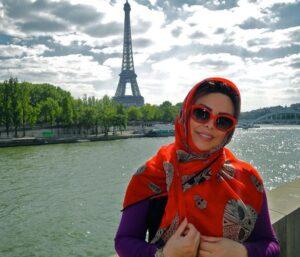 عکسی از فلور نظری با روسری نارنجی و لباس بنفش در پاریس