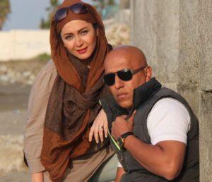 قاسم ترکاشوند با تیشرت سفید وجلیقه در کنار همسرش