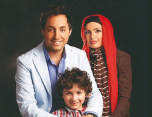 تیپ آبی امیرحسین رستمی در کنار همسر و فرزندش با تیپ قرمز
