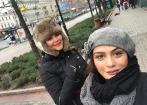 عکسی از لاله اسکندری و مارال فرجاد با لباس زمستانی خارج از کشور