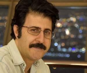هومن حاجی عبداللهی با پیراهن سفید