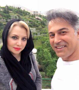 سلفی دانیال حکیمی با لباس سفید در کنار همسرش