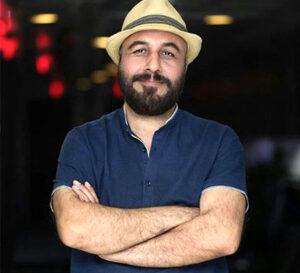 رضا عطاران با تیشرت ابی و کلاه شاپوری