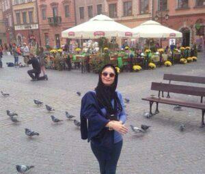 تیپ آبی مریم کاویانی با شال در لهستان