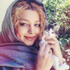 عکس گلنار بایبوردی با روسری طوسی و گربه خانگی اش