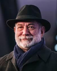 تیپ مشکی آتیلا پسیانی با کلاه و شال و پالتو