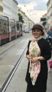 عکسی از بهنوش بختیاری با مانتو مشکی و کلاه در خارج از کشور