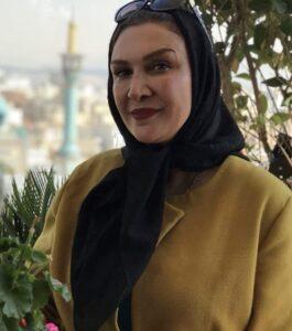 عکسی از مینا نوروزی با مانتو زرد و روسری مشکی