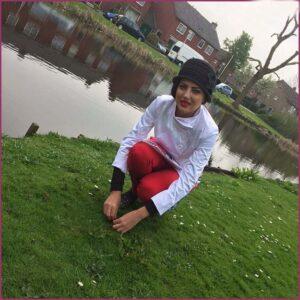 هلیا امامی با پیرهن سفید و شلوار قرمز خارج از کشور