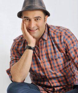 عکس اتلیه مجید صالحی با کلاه و پیراهن چهارخونه