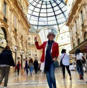 عکسی از لیلا بلوکات با کاپشن قرمز و کلاه در خارج از کشور