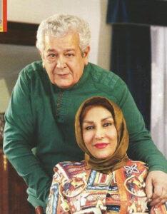 رضا فیاضی با لباس سبز در کنار همسرش