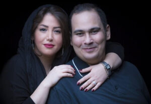 تیپ مشکی رضا داوود نزاد در کنار همسرش