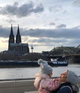 عکسی از یکتا ناصر و دخترش در کنار یک رودخانه