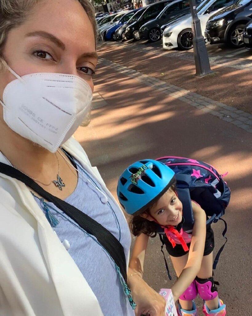 مهناز افشار با ماسک و دخترش با کلاه دوچرخه سواری - عکس های بدون آرایش مهناز افشار