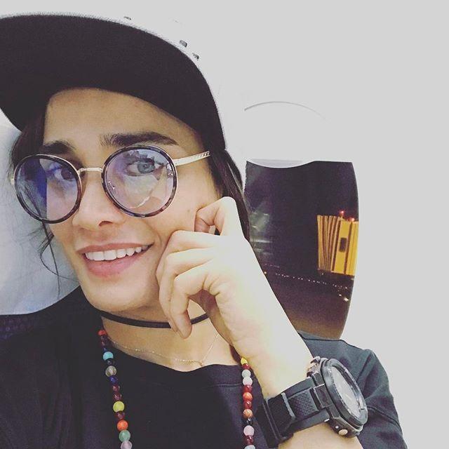 عکس های بدون آرایش تینا آخوندتبار در هواپیما با کلاه