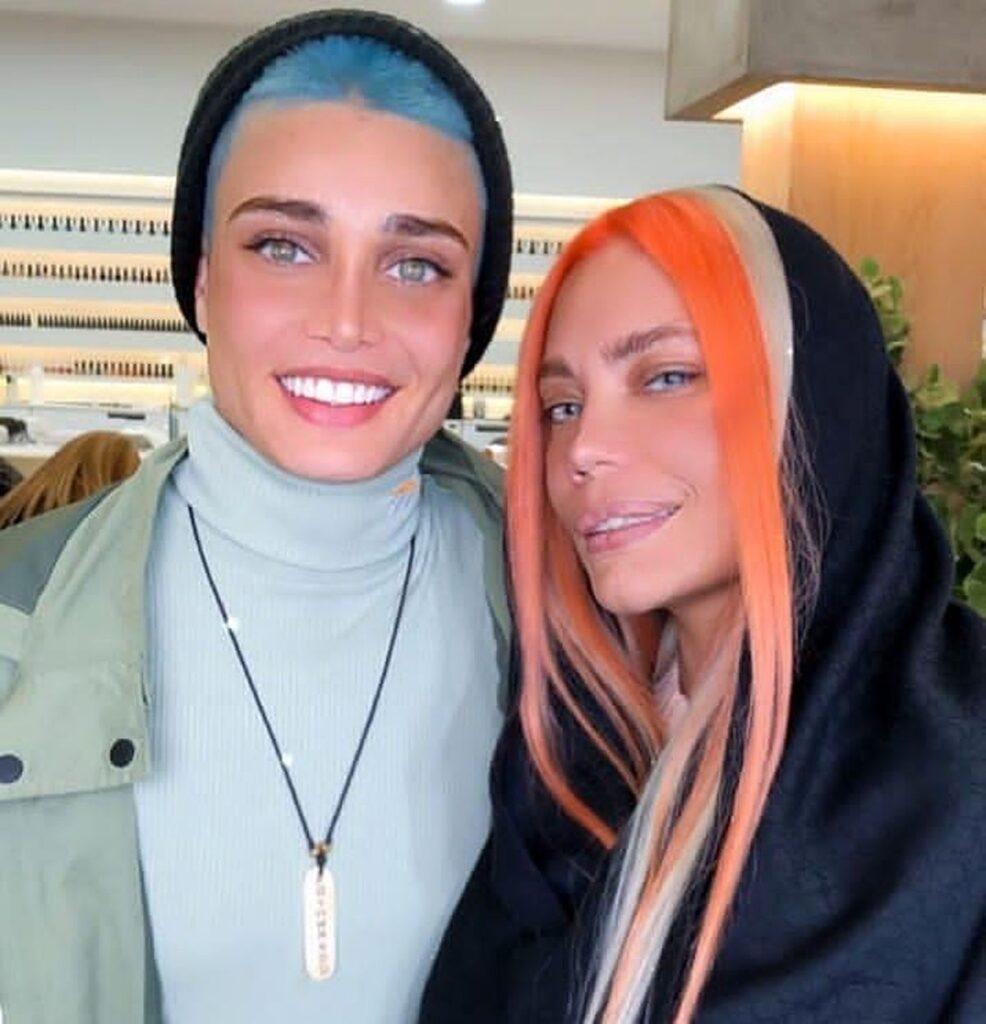 تینا آخوند تبار با موی آبی و کلاه در کنار دختری با موی نارنجی