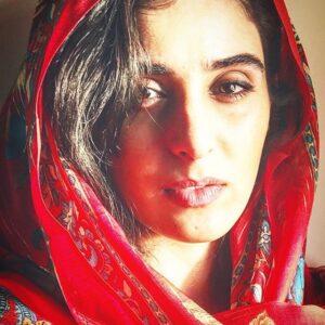 آناهیتا افشار با روسری قرمز