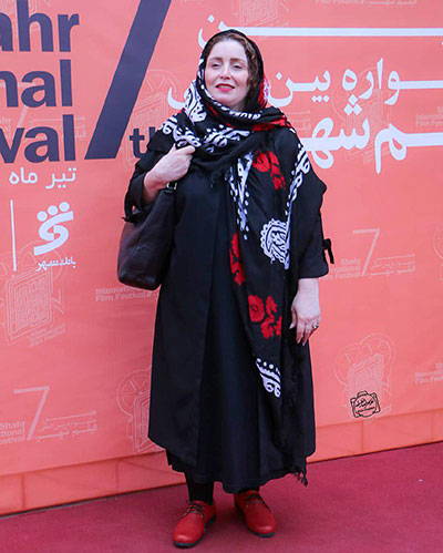 ژاله صامتی با مانتو مشکی - مدل مانتو بازیگران چاق ایرانی