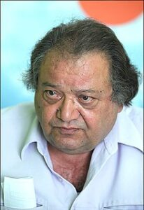 محمد مطیع از بازیگران مرد ایرانی بالای 40 سال با لباس سفید