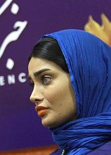 تینا آخوندتبار با روسری آبی و موی مشکی