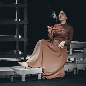 متین ستوده در حال سیگار کشیدن در تئاتر