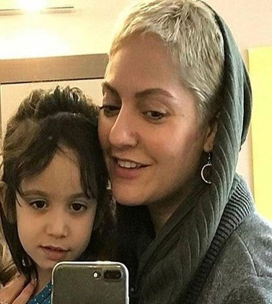مهناز افشار با موهای کوتاه و بلوند به همراه دخترش - عکس های بدون آرایش مهناز افشار