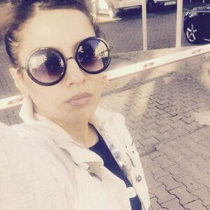 بهارک صالح نیا با لباس سفید و عینک دودی