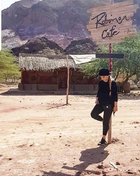 سحر قریشی با تیپ مشکی در بیابان - عکس بی حجاب سحرقریشی
