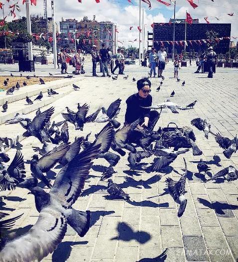 سحر قریشی در حال غذا دادن به پرنده ها - عکس بی حجاب سحرقریشی
