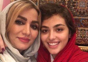 ریحانه پارسا با روسری قرمز در کنار مادرش