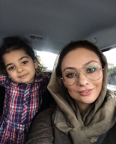 یکتا ناصر با عینک در ماشین به همراه دخترش صوفیا - عکس های بدون آرایش یکتا ناصر