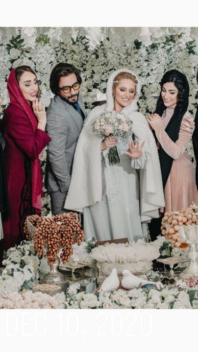 نگین معتضدی و همسر و دوستانش در حال نگاه کردن به حلقه ازدواجش- ازدواج نگین معتضدی